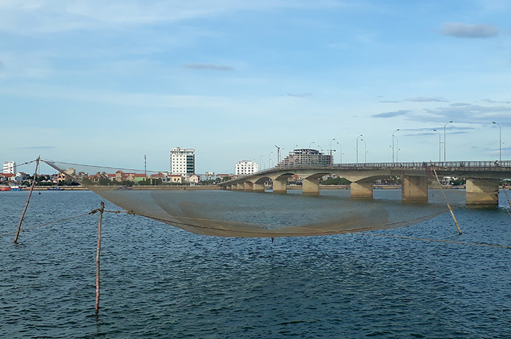 Quay rớ ở sông Nhật Lệ